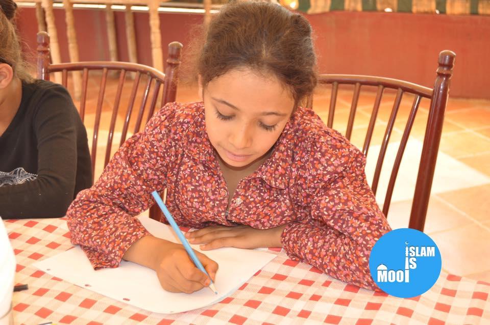 Weeskind aan het tekenen